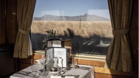 Tafeln mit Blick auf die vorbeiziehende Landschaft: Der Speisewagen gehört zu den schönsten Fortbewegungsmitteln überhaupt, egal in welchem Land.