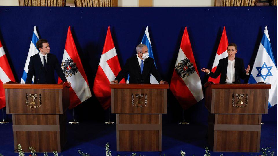 Mette Frederiksen spricht auf einer gemeinsamen Pressekonferenz neben Benjamin Netanjahu und Sebastian Kurz