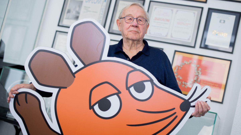 Armin Maiwald hält ein Abbild der Maus