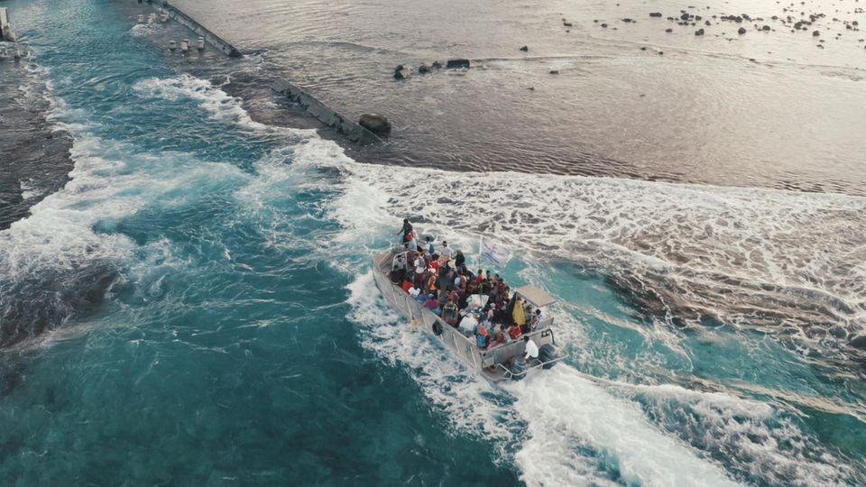 Ein Schiff legt an der Insel an