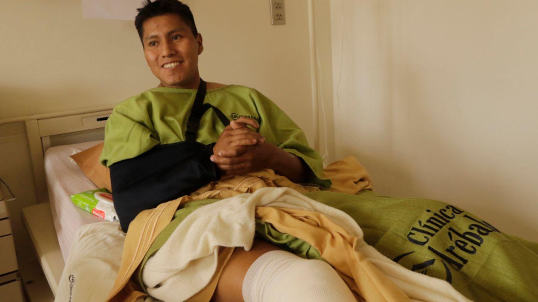 Erwin Tumiri liegt nach dem Busunglück in seinem Krankenhausbett
