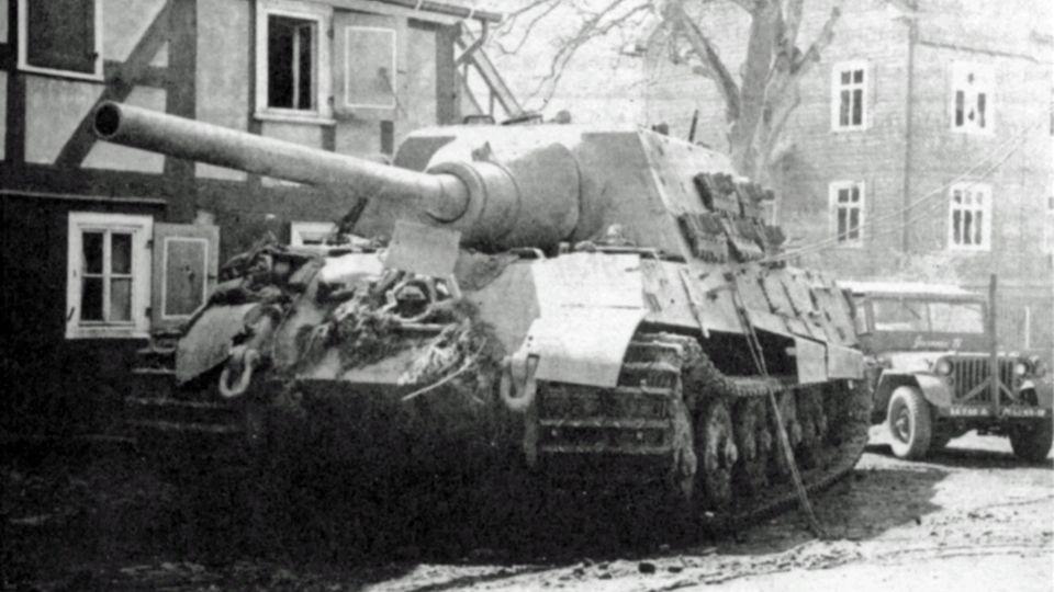 Ein Schwarzweißfoto zeigt einen Panzer