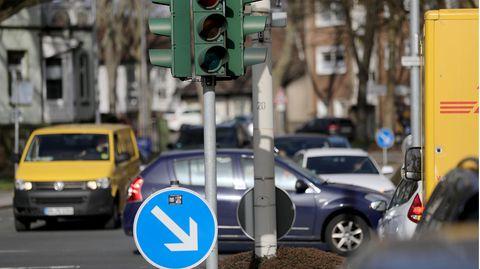 Nordrhein-Westfalen, Schwerte: Autos stehen an einer ausgeschalteten Ampel