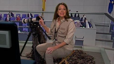 Carolin Kebekus in Safarikleidung und mit Fernglas