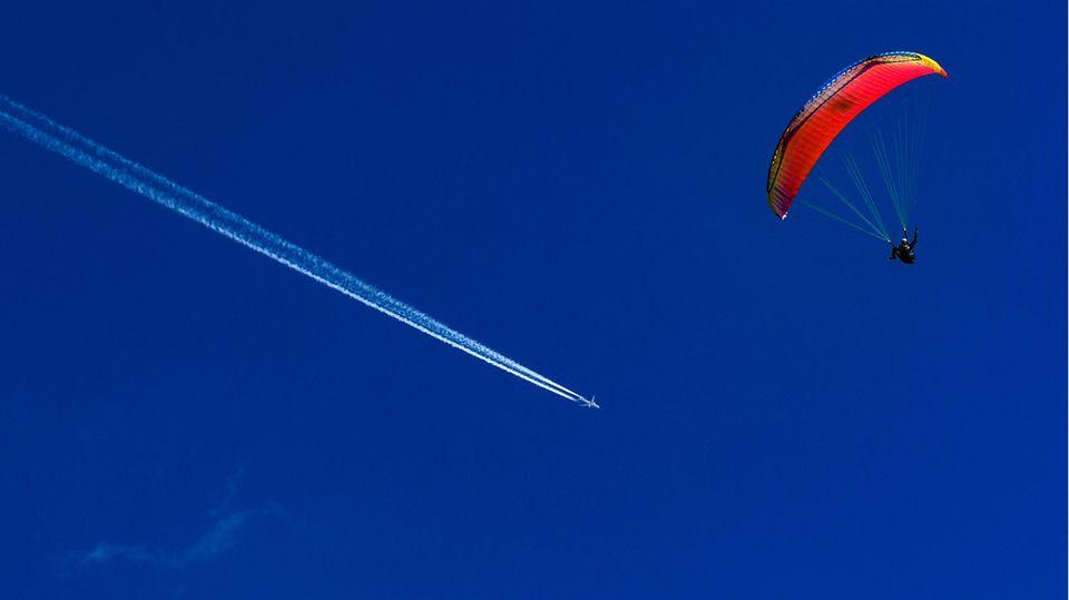 Ein Paraglider schwebt durch die Luft