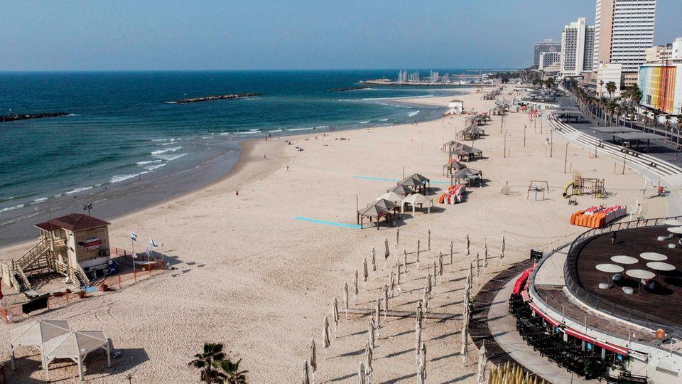 Eine Luftaufnahme von einem leeren Strand in Tel Aviv zu Beginn des zweiten landesweiten Coronavirus-Lockdowns im vergangenen September. Inzwischen kehrt das normale Leben in das Land am Mittelmeer zurück.