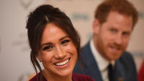 Prinz Harry und seiner Frau Meghan, sie ist im Vordergrund zu sehen und lacht