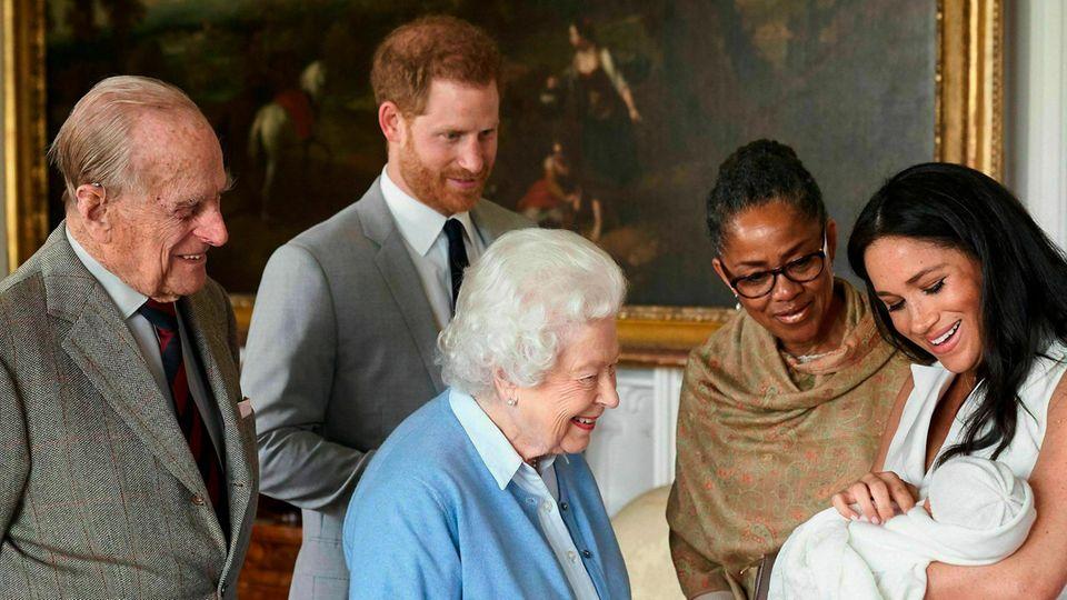 Die Queen, Prinz Philip, Harry, Meghan und Meghans Mutter Doria Ragland mit Baby Archie