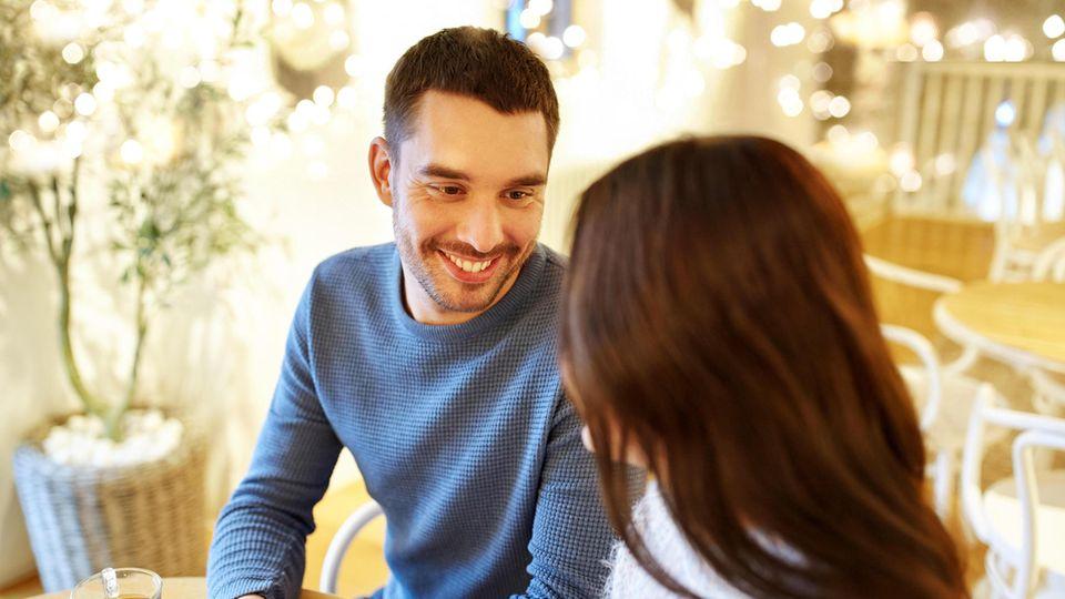 Männer schätzen sich laut der Umfrage von LemonSwan seltener als attraktiv ein, als Frauen