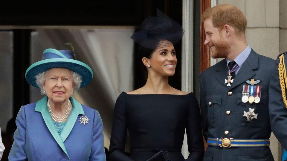 Die britische Königin Elizabeth II., ihr Enkel, Prinz Harry und seine Frau, Herzogin Meghan