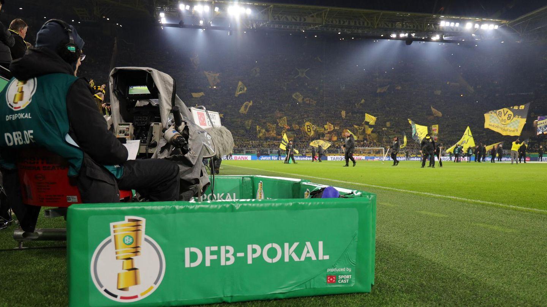 Ein Kameramann am Spielfeldrand einer DFB-Pokal-Partie