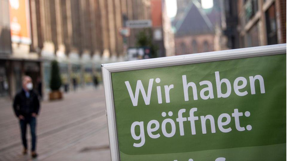 """Bremen: Auf einem Schild in der Innenstadt steht """"Wir haben geöffnet"""""""