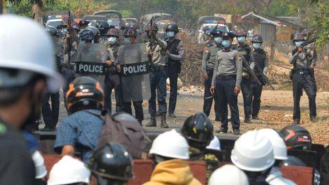 in der Hauptstadt Myanmars, Naypyidaw, protestieren wie überall im Land Menschen gegen den Militärputsch