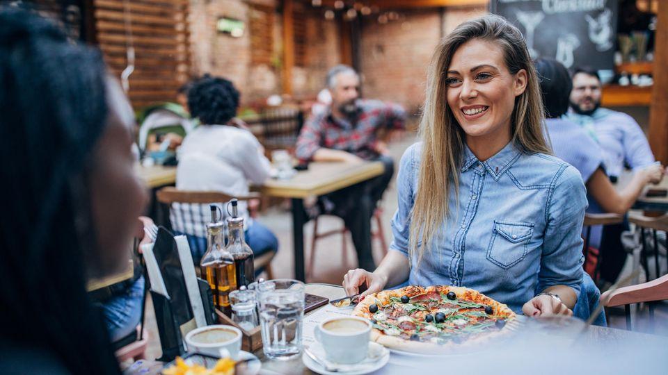 Coronavirus Restaurant: Zwei Frauen essen in einem Restaurant