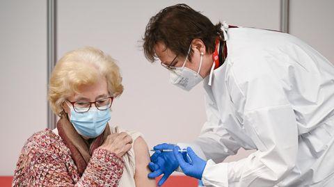 Gerda Müller (86, l.) aus Bad Nauheim wird im Impfzentrummit dem Impsfoff von Biontech/Pfizer geimpft