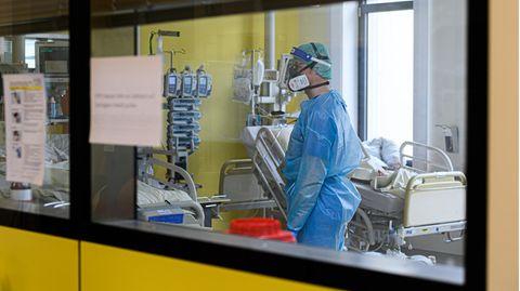 Ein Intensivpfleger ist auf der Covid-19 Intensivstation im Städtischen Klinikum Dresden