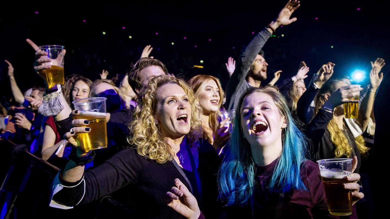 Konzert-Zuschauer feiern ausgelassen im Ziggo-Dome von Amsterdam