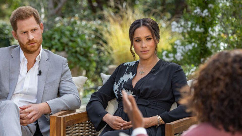 US-Moderatorin Oprah Winfrey (r) spricht bei einem Interview mit Prinz Harry von Großbritannien und seiner Ehefrau Herzogin Meghan