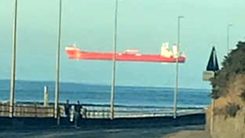 Schwebendes Schiff ist eine optische Täuschung