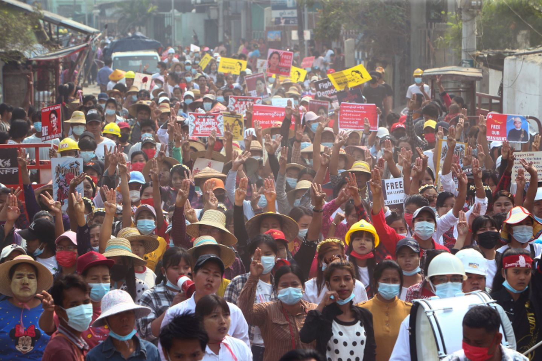 Menschen in Myanmar protestieren auf einer Straße gegen den Putsch der Militärjunta