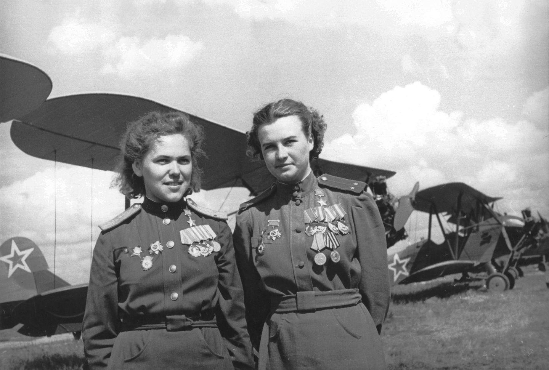 Zwei dekorierte Pilotinnen vor ihren Doppeldeckern.