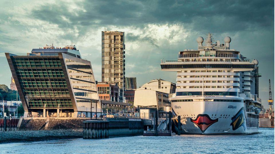 """Die """"Aida Perla"""" von Aida Cruises hatte am Cruise Center AltonaimHamburger Hafen festgemacht"""