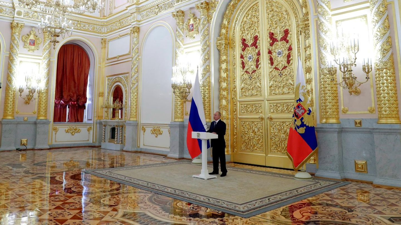 Wladimir Putin spricht im Großen Kremlpalast vor den Mitgliedern des Rates der Russischen Föderation