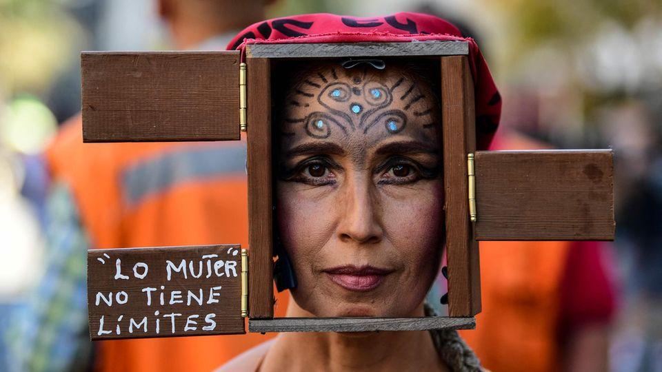 Eine Frau demonstriert am Weltfrauentag in Santiago de Chile, Chile