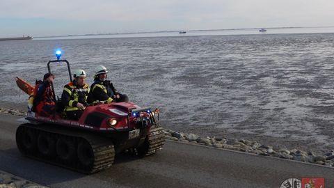 Mit einem Amphibienfahrzeuggelang es der Feuerwehr zu der Frau im Watt vorzudringen