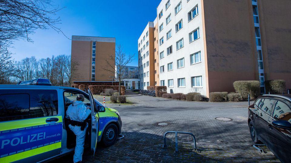 Ein Polizeiauto steht vor einem Studentenwohnheim in Wismar