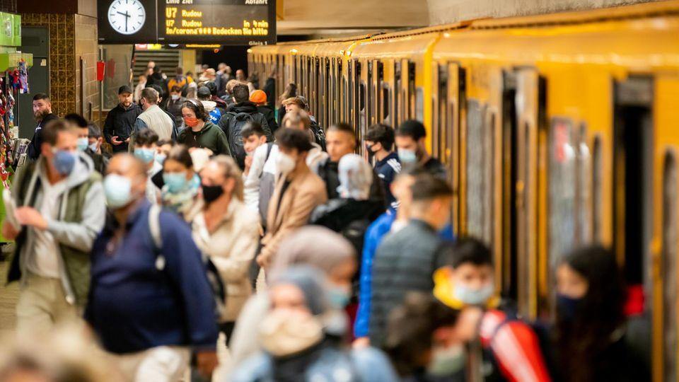 U-Bahnhof Berlin-Neukölln: In dieser Gegend leben besonders viele Migranten. Nicht alle Menschen im Gedränge tragen eine Maske, aber was hat das mit der Herkunft zu tun?
