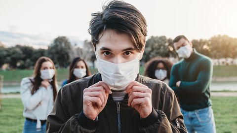 Jugendliche tragen Maske