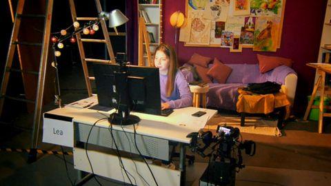 Lea ist 20, sie spielt in einem als Kinderzimmer gestalteten Studioraum in Berlin eine Zwölfjährige