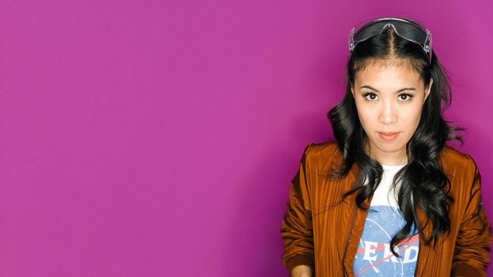 """""""Nerd"""" auf dem T-Shirt, Laborbrille im Haar: Supertalent trifft auf Selbstironie"""