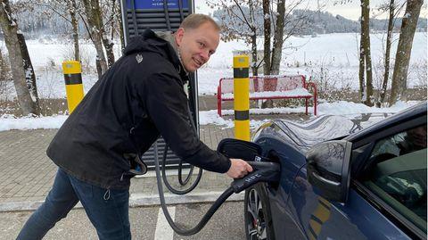 Stern-Reporter Jan Boris Wintzenburg lädt das Elektroauto auf