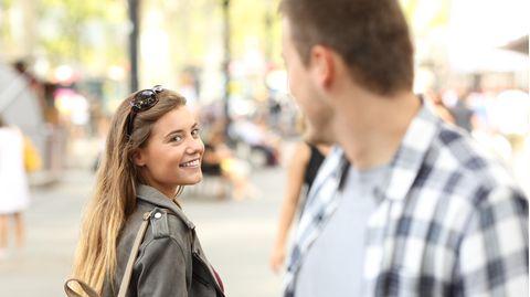 Ein Mann schaut einer Frau nach