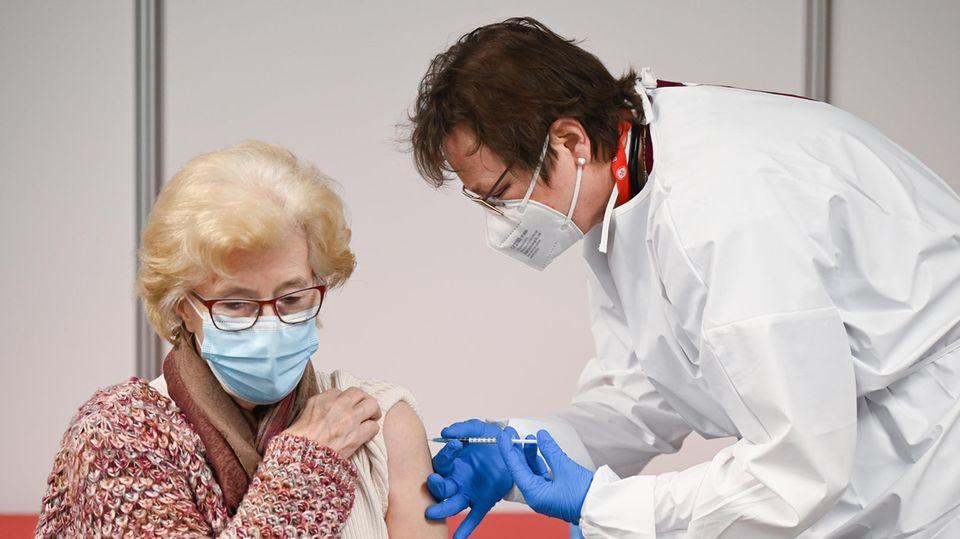 Eine Frauwird im Impfzentrummit dem Impfoff von Biontech/Pfizer geimpft