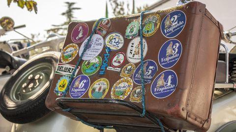 Ein Reisekoffer mit vielen Aufklebern aus fernen Ländern