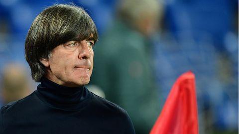 Bundestrainer Joachim Löw beißt sich auf die Unterlippe.