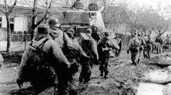 Auf den Feldern versanken die Infanteristen bis zum Knie im zähen Schlamm.