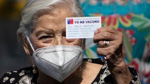 """Stolz zeigt die Seniorin Alicia Martinez nach zweimal pieksen ihren Impfausweis: """"Yo me vacuno"""" (zu deutsch: """"Ich lasse mich impfen"""")."""