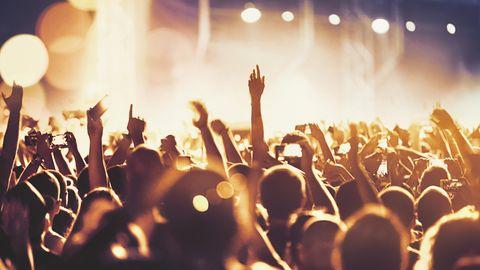 Festival-Besucher jubeln in Richtung Bühne