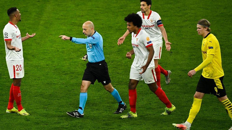 Nach dem ersten VAR-Einsatz entscheidet Schiedsrichter Cüneyt Cakir auf Strafstoß für den BVB