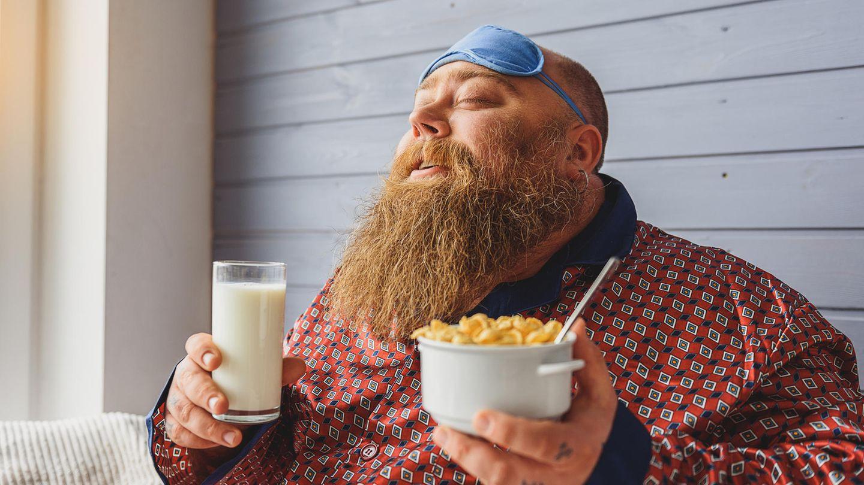 Ein Mann freut sich auf seine Cornflakes