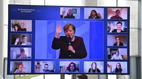 Bundeskanzlerin Angela Merkel führt vom Kanzleramt aus einen virtuellen Bürgerdialog, der auf dem Bildschirm zu sehen ist