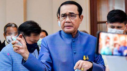 Eklat in Thailand: Premier Prayuth Chan-ocha besprüht Journalisten mit Desinfektionsmittel