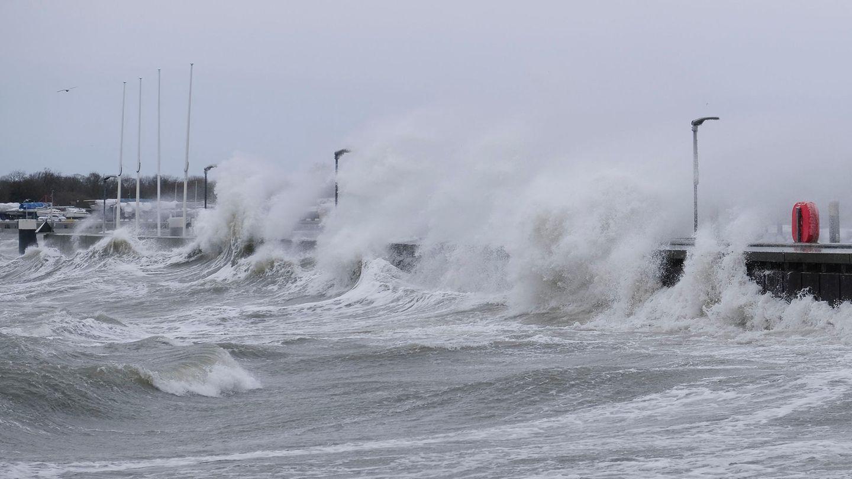Wetter in Deutschland: Wellen schlagen gegen die Hafenmauer.