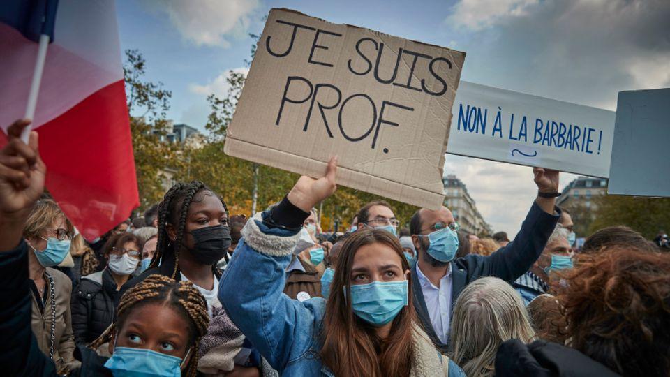 "Demonstranten halten ""Je Suis Prof""-Plakate während einer Anti-Terrorismus-Mahnwache auf dem Place de La Republique"