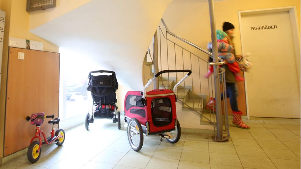 Kinderwagen im Treppenhaus