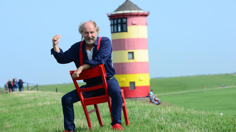 Klaus-Peter Wolf vorm berühtmen Pilsumer Leuchtturm